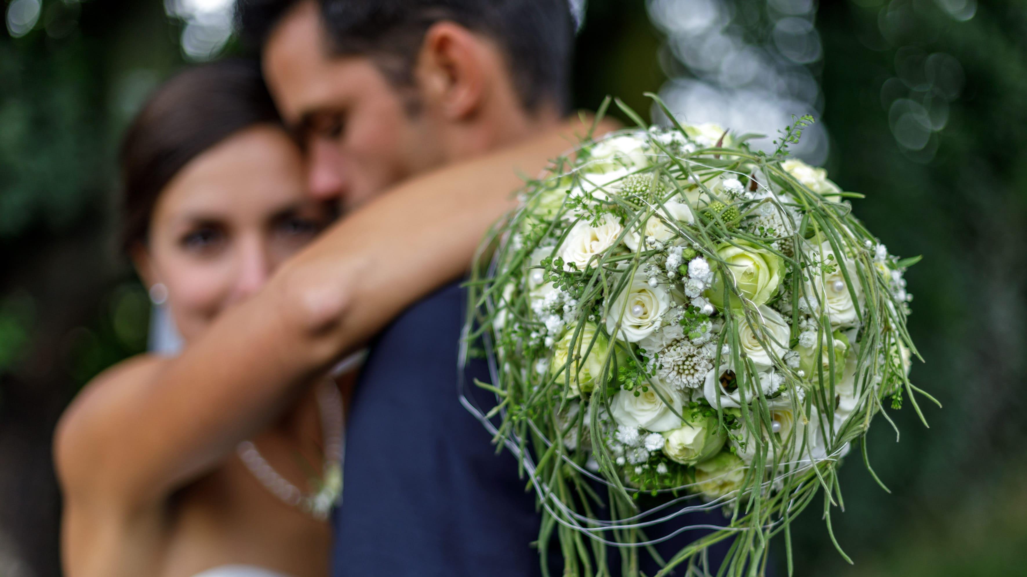 Hochzeit Hochzeitspaar mit Brautstrauß